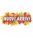 scritta nuovi arrivi su foglie autunnali