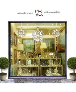 Vetrina-con-tris-di-palle-natalizie-bianche