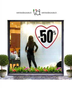 vetrina con cuore rosso bordato con cifra sconto del -50%