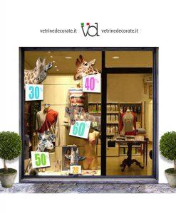 vetrina con cinque giraffe con cartelli con varie cifre di sconto