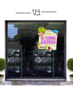 vetrina con elementi scolastici