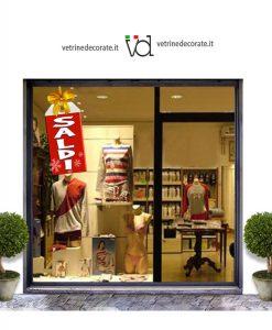 vetrina con cartellino rosso con fiocco e scritta saldi