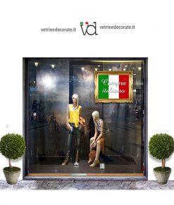 vetrina con quadri tricolore con scritta compra italiano