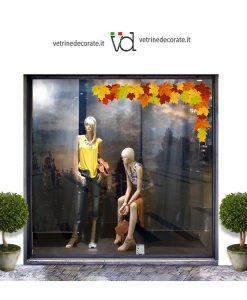 vetrina con decorazione-angolare-con-foglie-autunnali