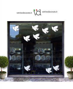 vetrina con colombe bianche