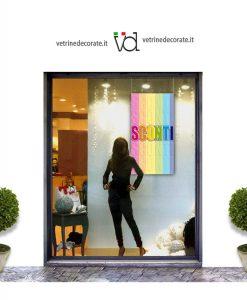 vetrina con pendente con scritta sconti su fasce arcobaleno