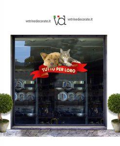 vetrina con cane, gatto e scritta tutto per loro su nastro rosso