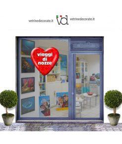 vetrina con cuore rosso con tessere puzzle e scritta