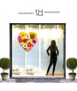 Vetrina-con-cuore-di-fiori di vari colori