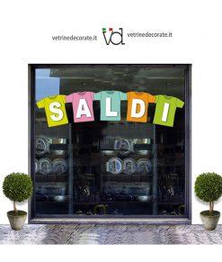 vetrina con scritta saldi su maglie colorate