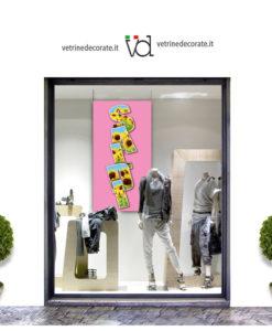 vetrina con scritta saldi in verticale su immagine di girasoli