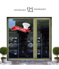 vetrina con nastro rosso con scritta cucina regionale e cappello da chef