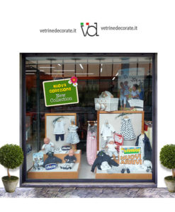 vetrina con cartello con fondo verde e scritte nuova collezione e new collection