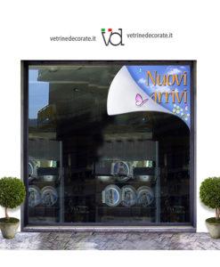 vetrina con lembo piegato della vetrina con scritta nuovi arrrivi