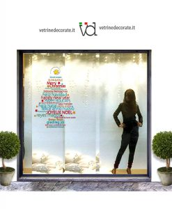 vetrina con albero di natale con scritte augurali di vari colori