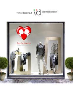 Vetrina-con-cuore con immagine di innamorati