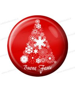 bottone rosso con immagine di un albero di natale e scritta buone feste