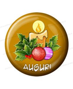 bottone dorato con candela natalizia e scritta auguri