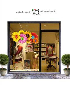 Vetrina-con-scritta saldi su fiori di diversi colori