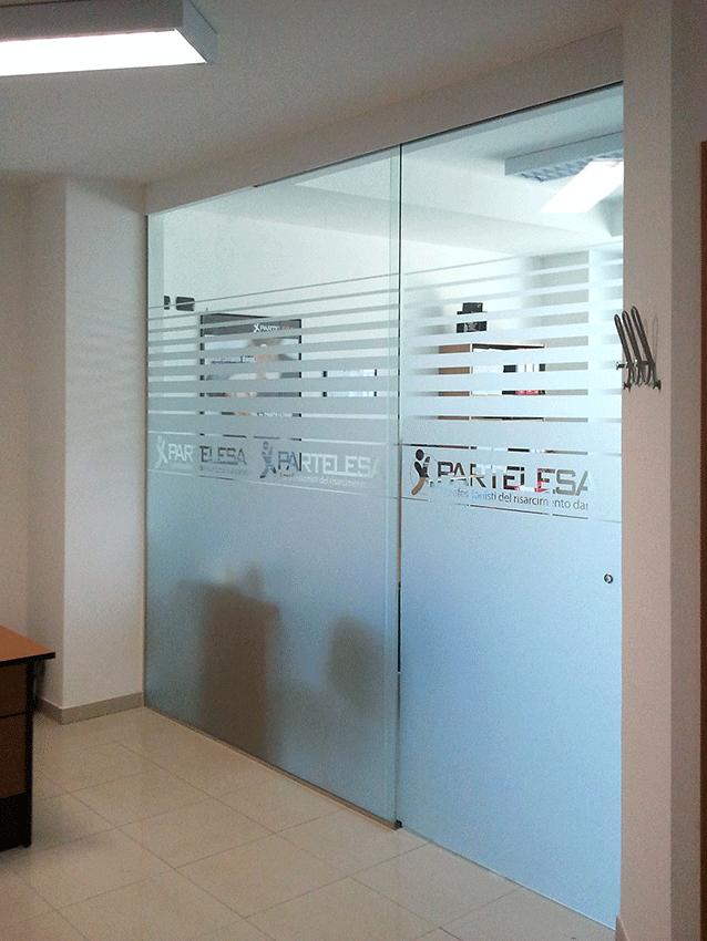 Usare decorazioni sabbiate per la privacy delle vetrine - Decorazioni per porte ingresso ...