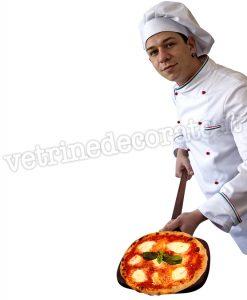 Pizzaiolo con pizza tipica napoletana sulla pala