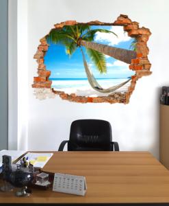 parete in ufficio con finto buco e dietro spiaggia tropicale