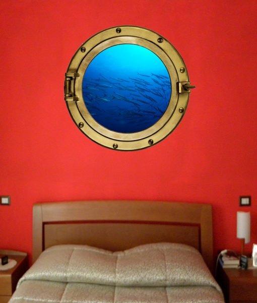 Oblò con branco di barracuda sulla parete della stanza da letto