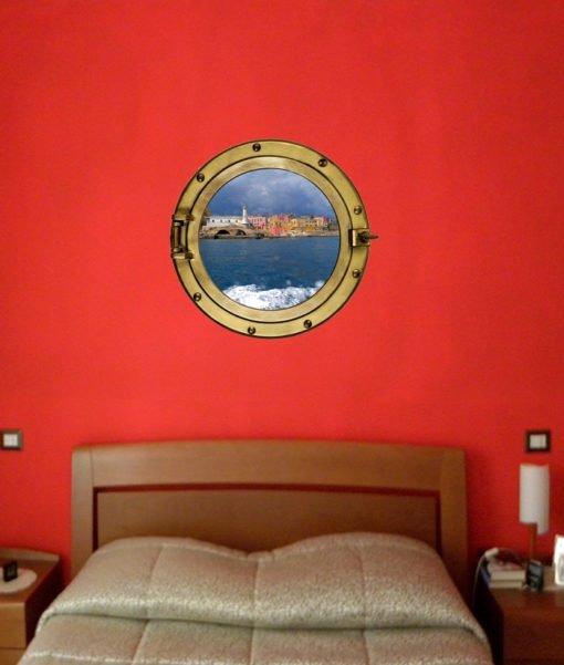oblò nella parete della stanza da letto con immagine dell'isola di Ventotene
