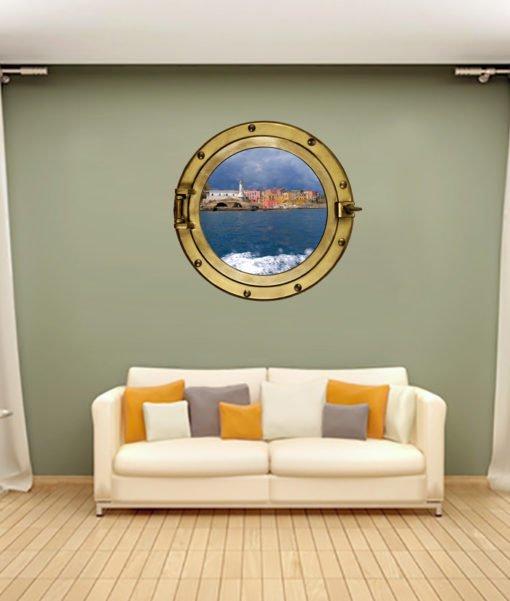 oblò nella parete del soggiorno con immagine dell'isola di Ventotene