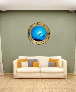 Oblò con coppia di sub sulla parete del soggiorno