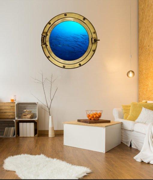 Oblò con branco di barracuda sulla parete della stanza