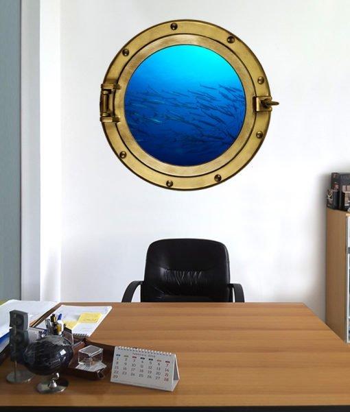 Oblò con branco di barracuda sulla parete dell'ufficio