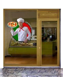 Vetrina con giovane pizzaiolo italiano, la vera pizza napoletana
