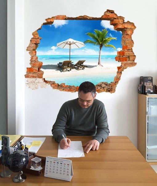 spiaggia tropicale con palma dietro un buco nella parete dell'ufficio