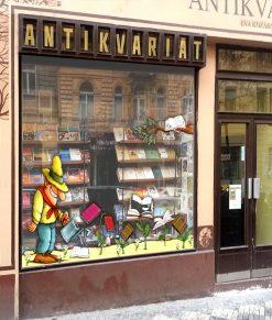 vetrina di una libreria con contadino che innaffia libri