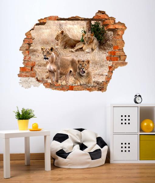 leoni dietro il buco nella parete della stanza