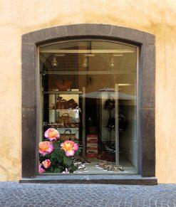 vetrina decorata con rose e boccioli