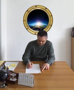 ufficio con oblò di una navicella spaziale