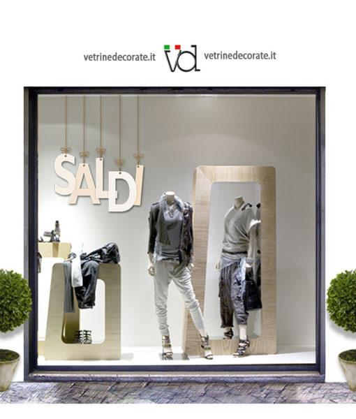 vetrina con scritta saldi di colore bianco avorio