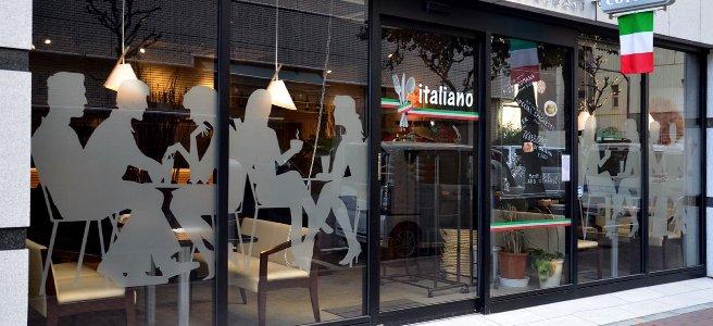 vetrina con figure di clienti in vinile sabbiato