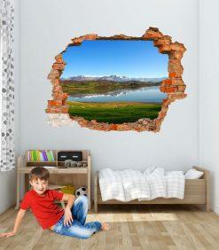 Stanza con decorazione di lago collinare con montagne innevate