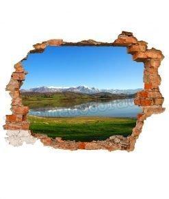 lago collinare con montagne innevate